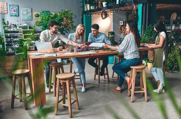 Megatrend: Urbanisierung. Gruppe junger Kollegen arbeitet in New Work Umgebung.